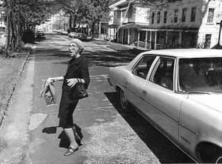 възрастна жена пресича улицата